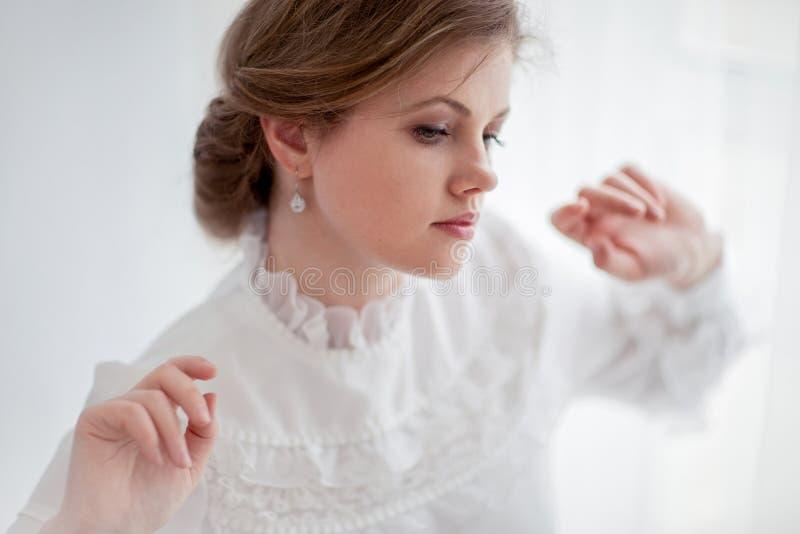 Härlig kvinna i historisk klänning royaltyfri fotografi