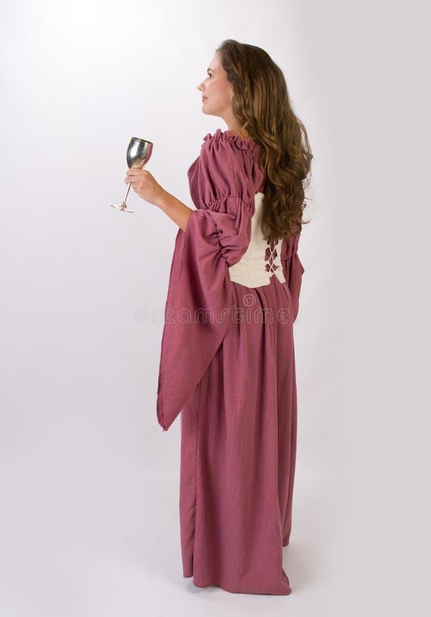 Härlig kvinna i historisk klänning med bägaren arkivfoton