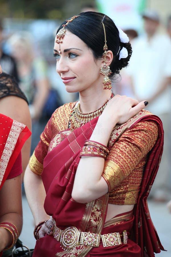 Härlig kvinna i indisk saridräkt arkivfoton
