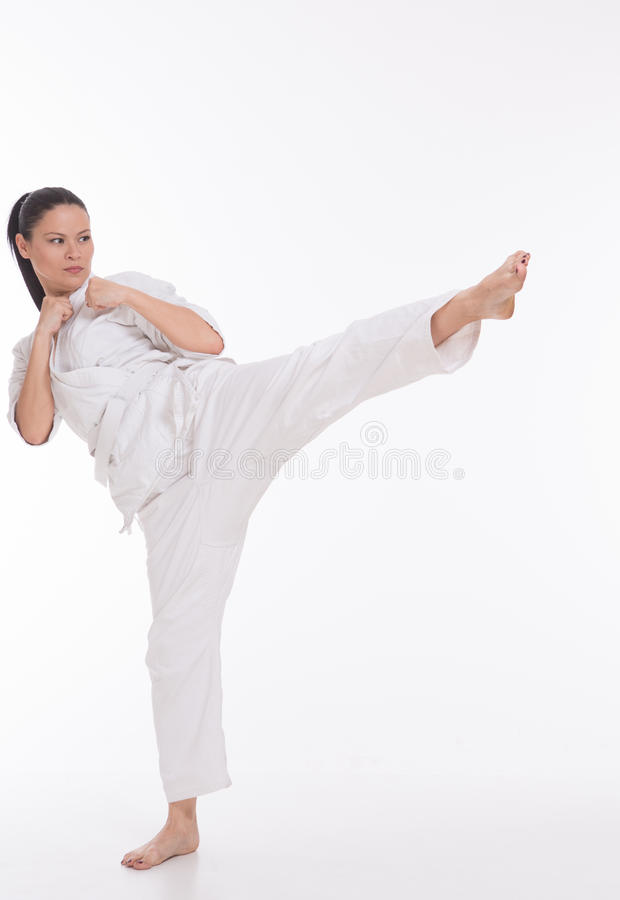 Härlig kvinna i kimono på vit fotografering för bildbyråer