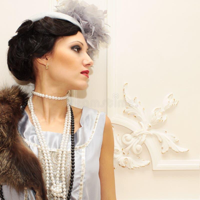 Härlig kvinna i klassisk interior fotografering för bildbyråer