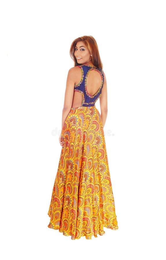 Härlig kvinna i lång klänning fotografering för bildbyråer