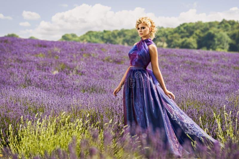 Härlig kvinna i lavendelfält royaltyfri bild
