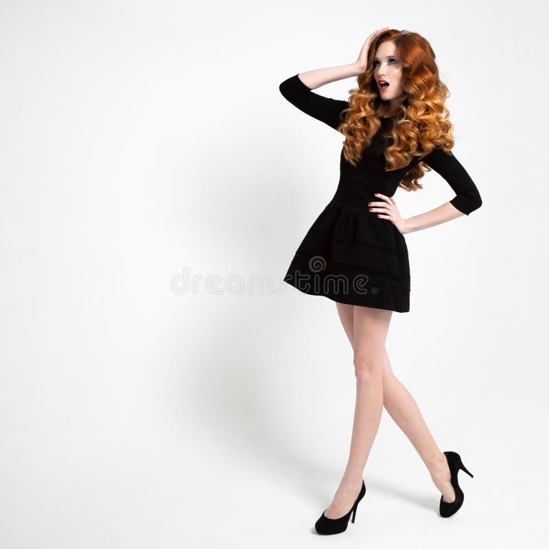 Härlig kvinna i liten svart modeklänning royaltyfri bild