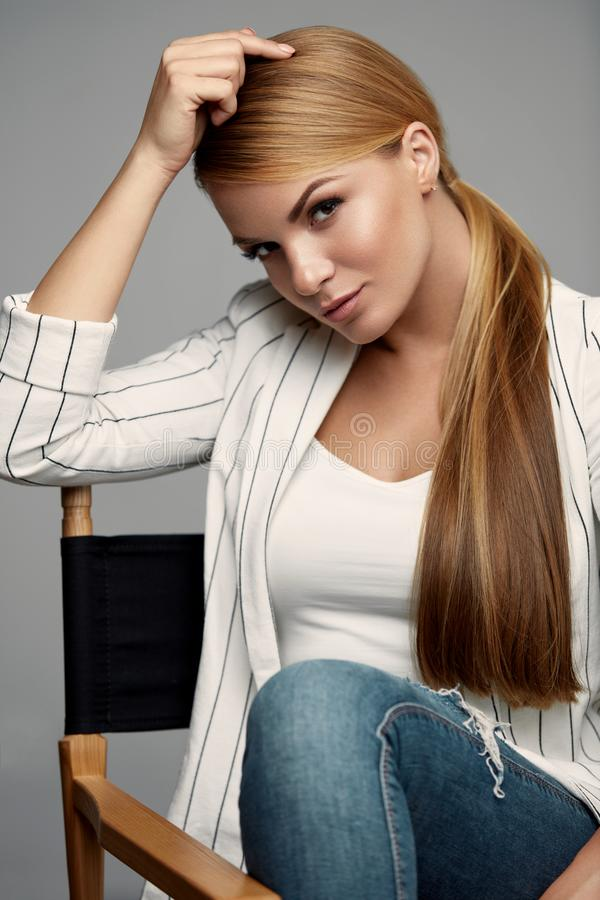 Härlig kvinna i modekläder med makeup och frisyren royaltyfri foto