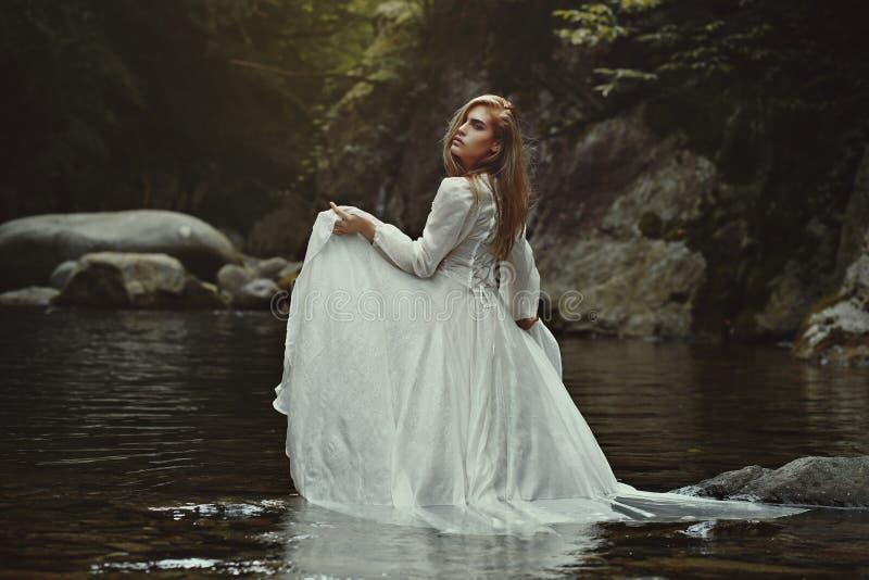 Härlig kvinna i mystiskt vatten royaltyfri fotografi