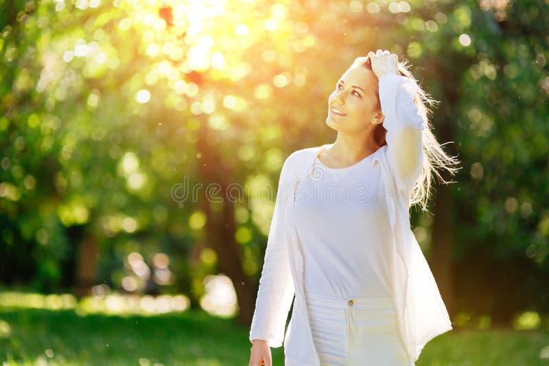 Härlig kvinna i natur som tycker om väder fotografering för bildbyråer