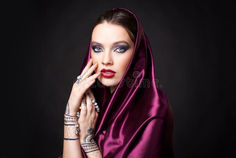Härlig kvinna i orientalisk stil med mehendi i hijab arkivfoton