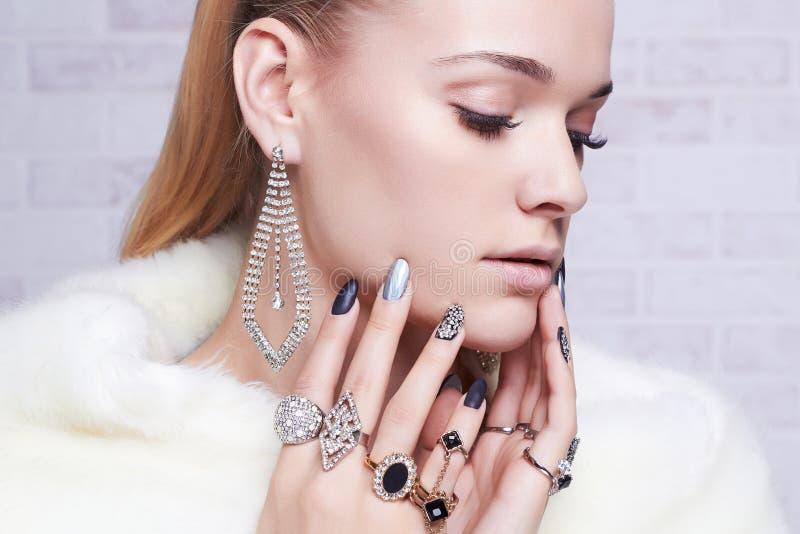 Härlig kvinna i päls, händer med smycken flickan gör upp manicuren royaltyfri fotografi