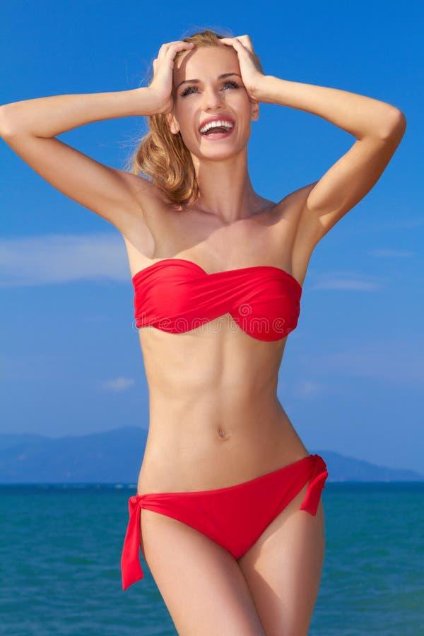 Härlig kvinna i röd bikini arkivbilder
