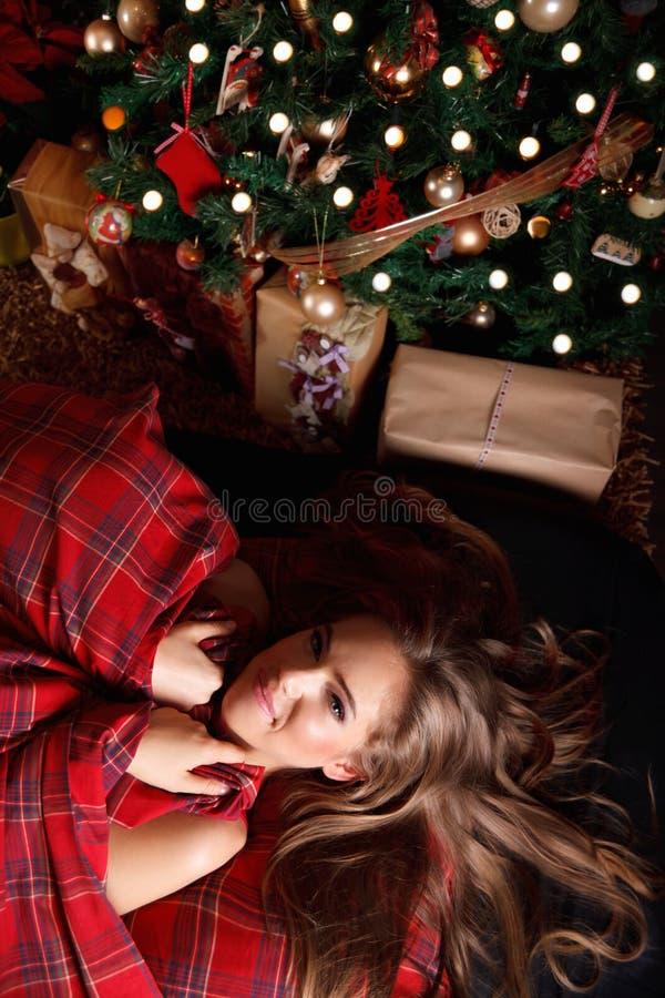 Härlig kvinna i sängen på jul fotografering för bildbyråer