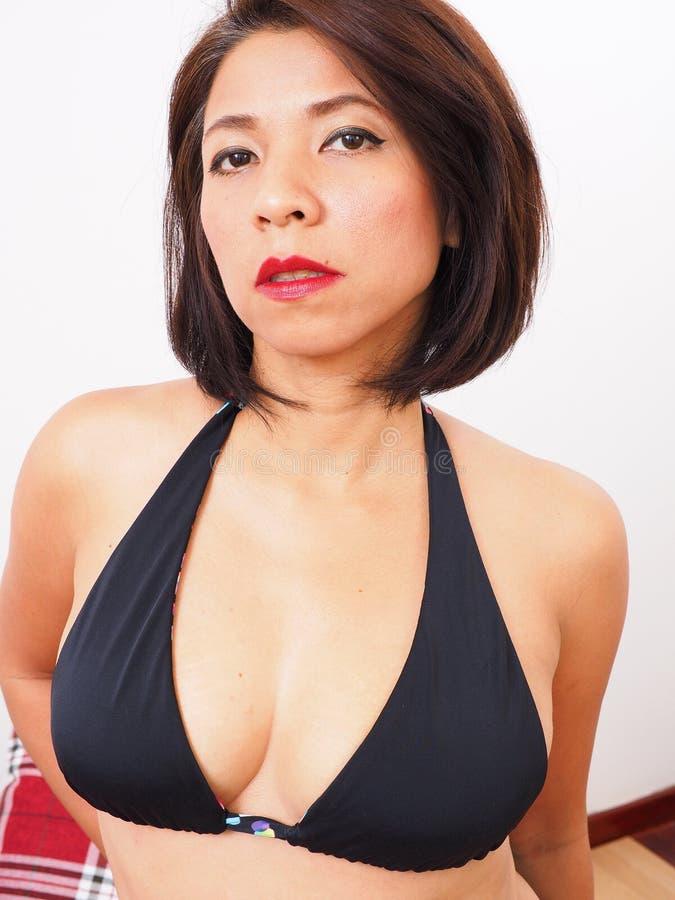 Härlig kvinna i sexig svart behå fotografering för bildbyråer
