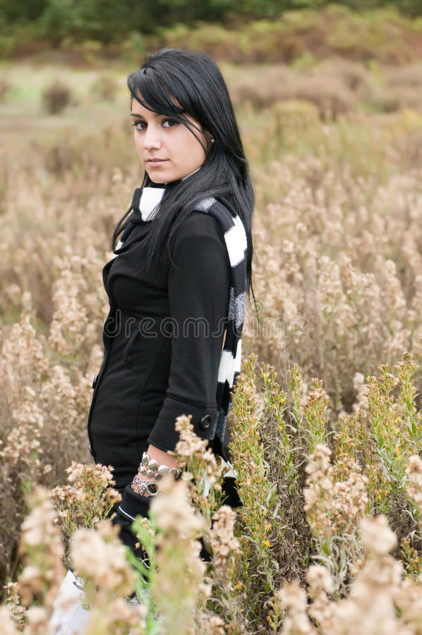 Härlig kvinna i skogen arkivbild