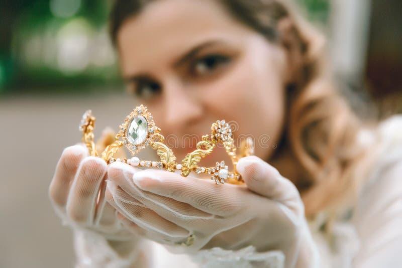 Härlig kvinna i tappninghandskar Kronadiadem i händer Viktoriansk dam elegantt royaltyfria bilder