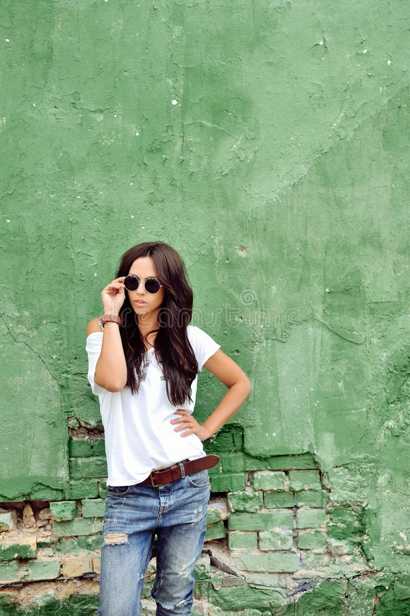 Härlig kvinna i tillfällig kläder som bär solglasögon arkivfoton