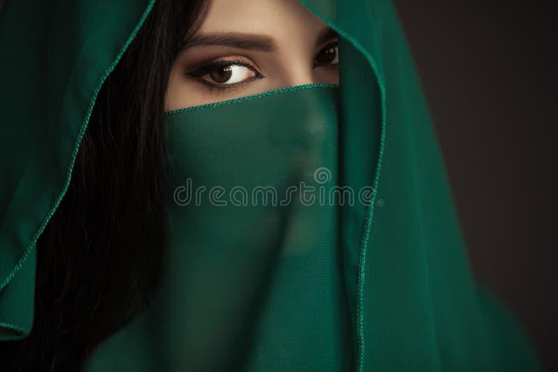 Härlig kvinna i traditionell dräkt arkivbilder