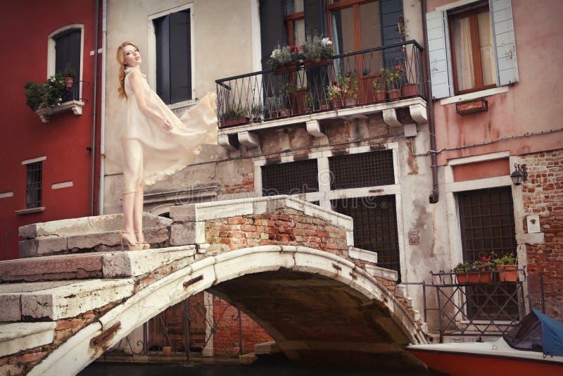 Härlig kvinna i Venedig, Italien royaltyfria bilder