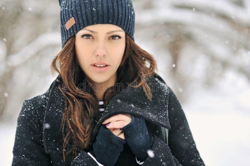 Härlig kvinna i vintern - slut upp ståenden arkivbild