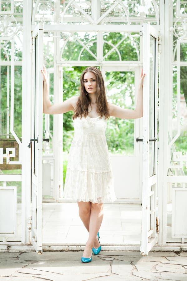 Härlig kvinna i vita Lacy Dress royaltyfri bild