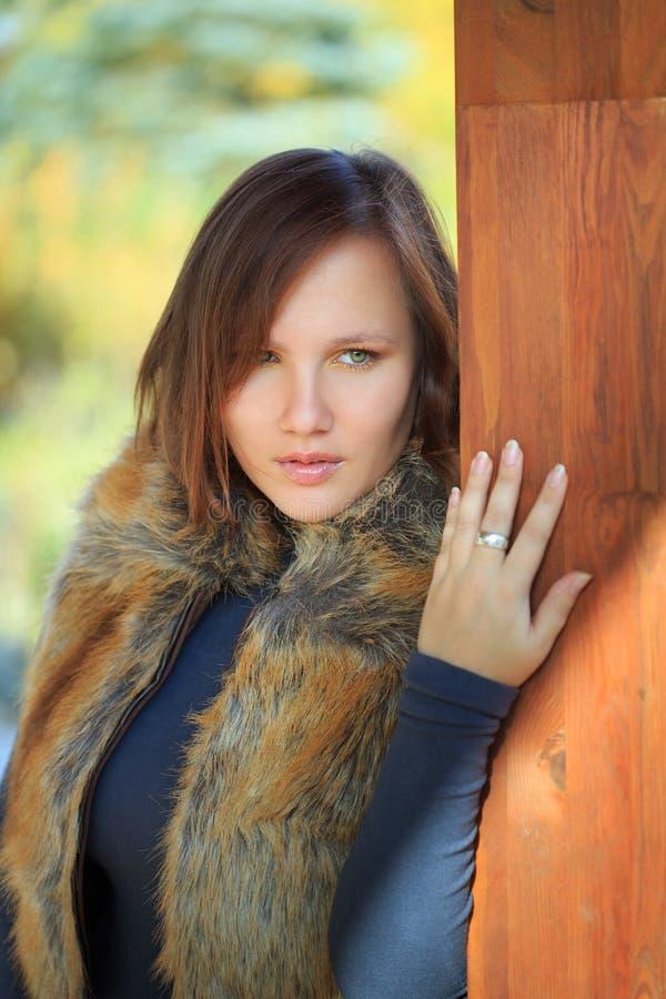 Härlig kvinna i waistcoat för fauxrävpäls royaltyfria bilder