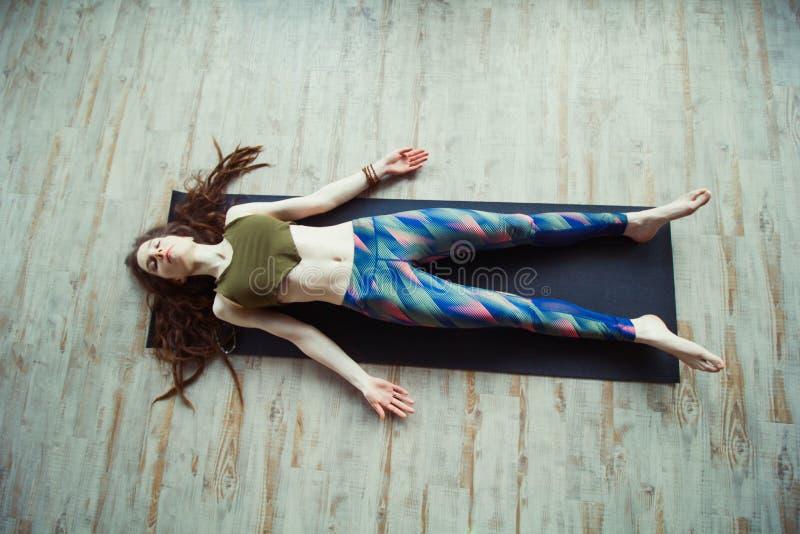 Härlig kvinna i yogagrupp arkivfoton