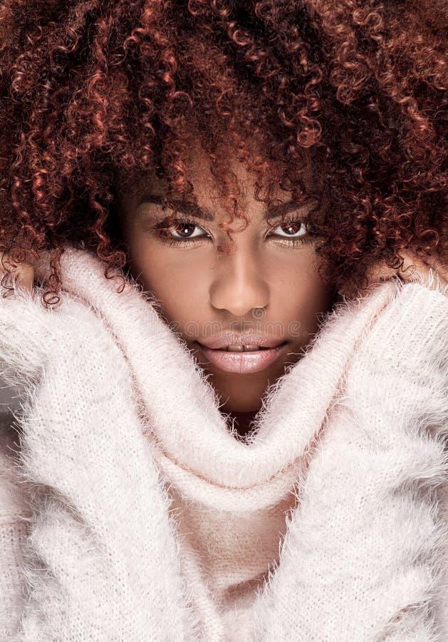 Härlig kvinna med afro posera för frisyr arkivfoto