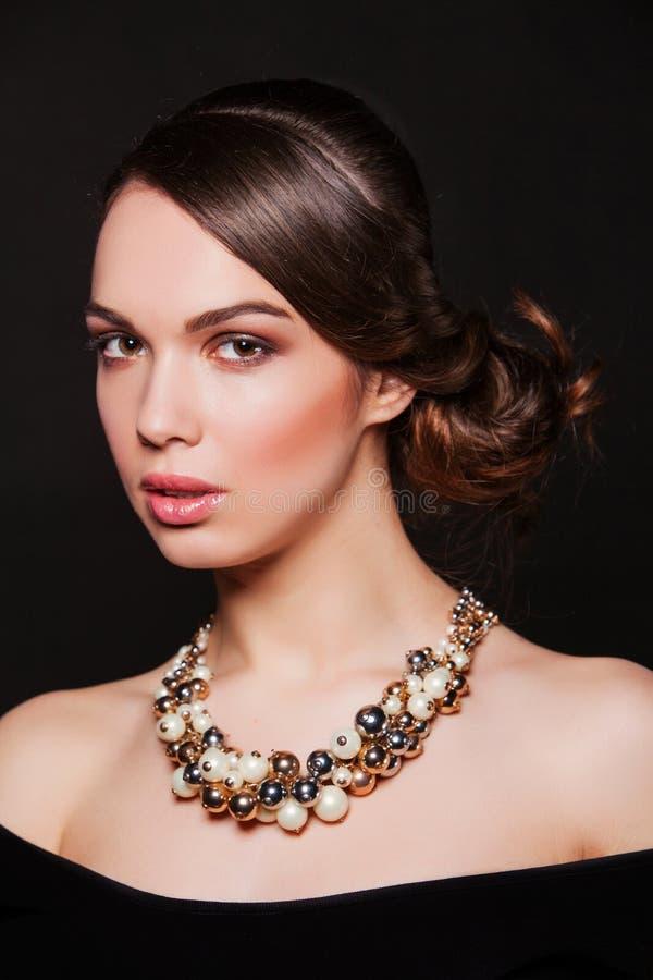 Härlig kvinna med bärande smycken för aftonmakeup royaltyfria foton
