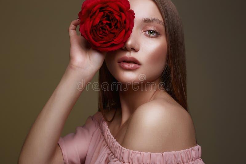 Härlig kvinna med blomman och våt makeup royaltyfria bilder