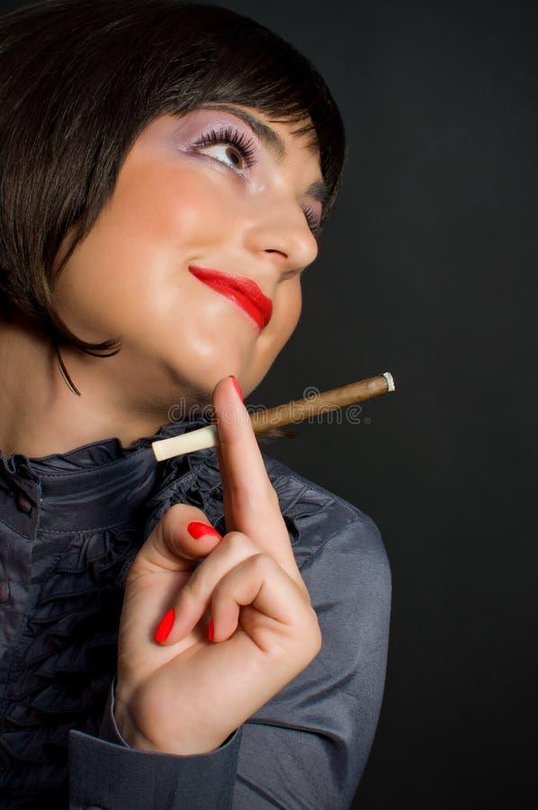 Härlig kvinna med cigaretten fotografering för bildbyråer