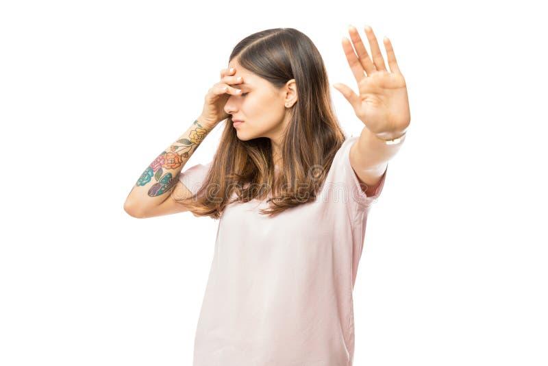 Härlig kvinna med dåligt lynne som gör en gest stoppsymbol royaltyfria bilder
