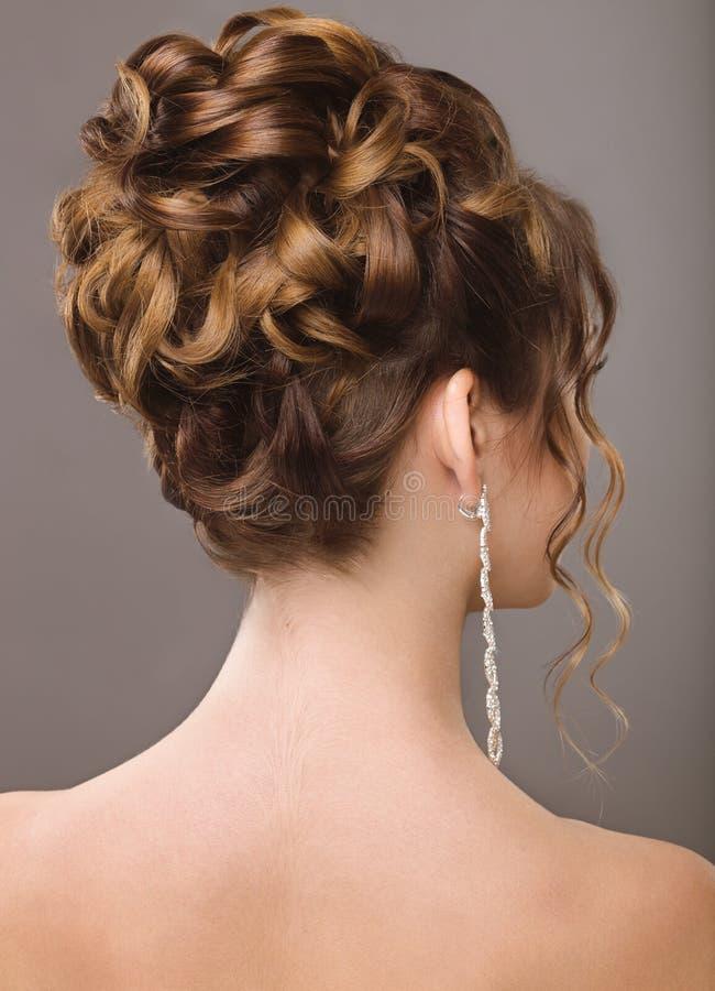 Härlig kvinna med den aftonsmink och frisyren arkivbild