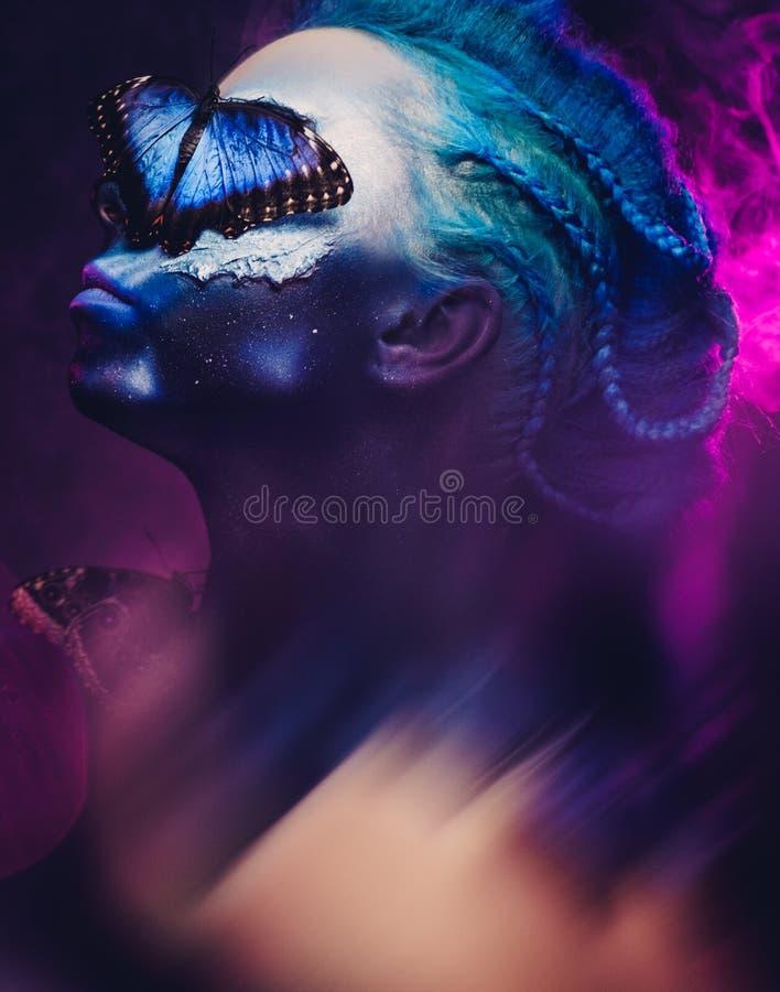 Härlig kvinna med den blåa hår och fjärilen royaltyfri fotografi