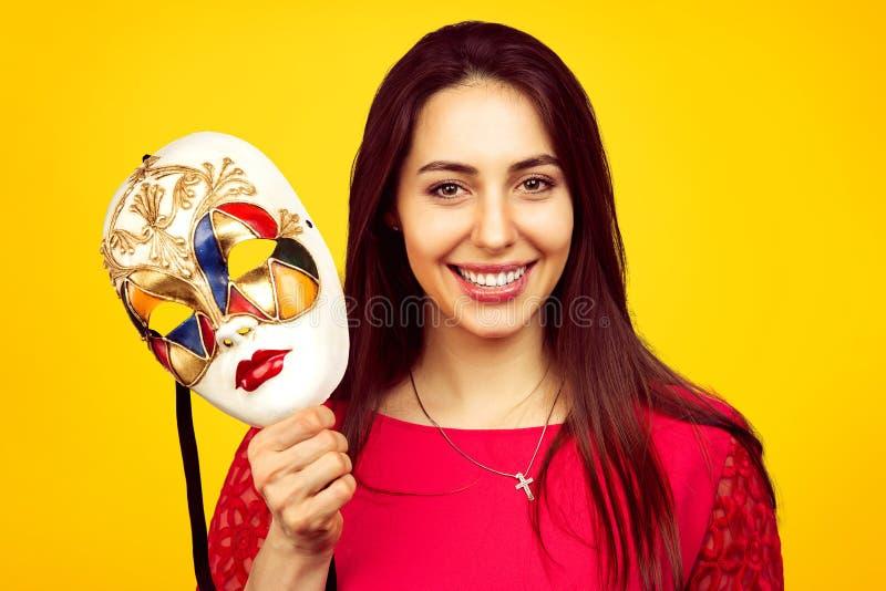 Härlig kvinna med den färgrika karnevalmaskeringen arkivfoton