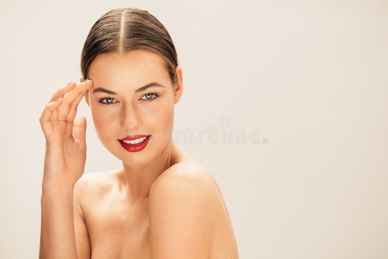 Härlig kvinna med den perfekta hud och framsidan arkivbild