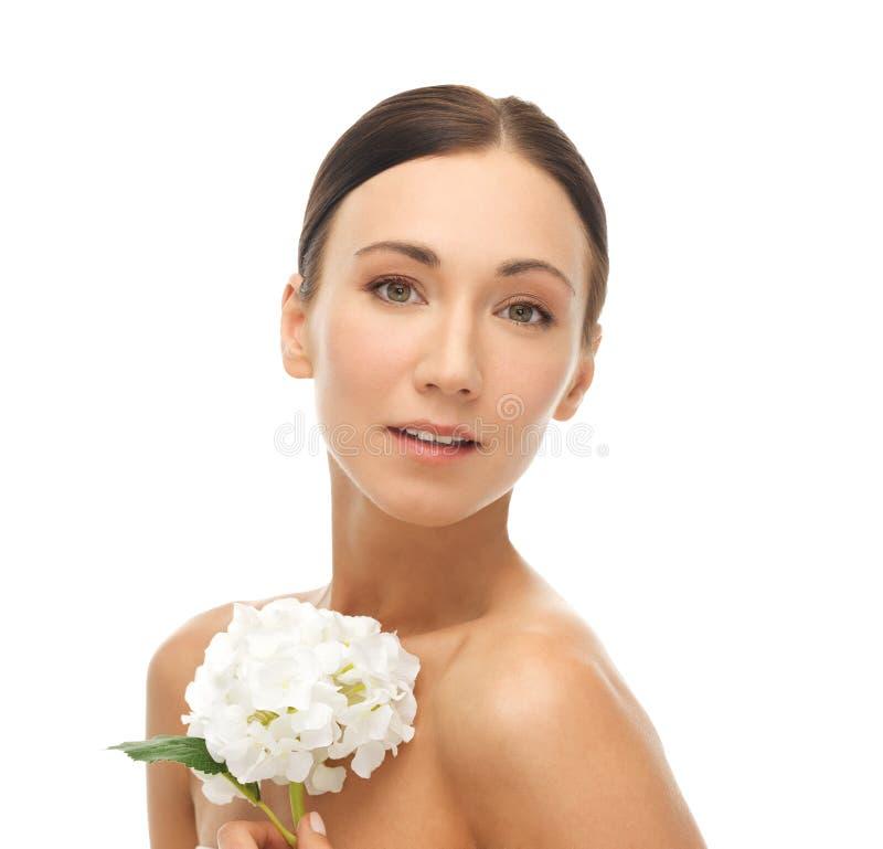 Härlig kvinna med den vita blomman royaltyfri foto