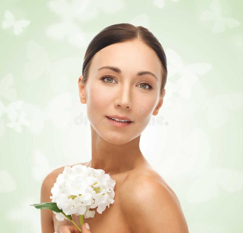 Härlig kvinna med den vita blomman arkivfoto