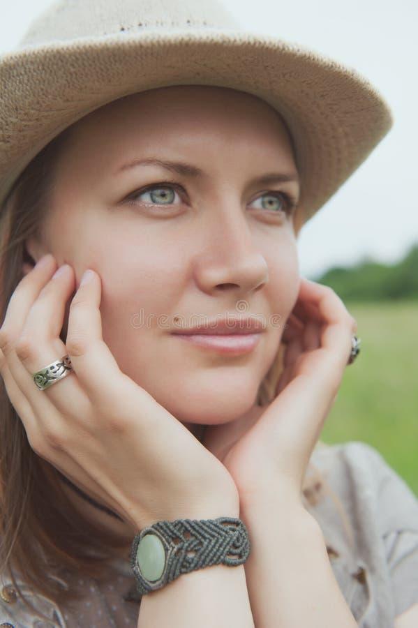 Härlig kvinna med det handgjorda armbandet förestående arkivbild