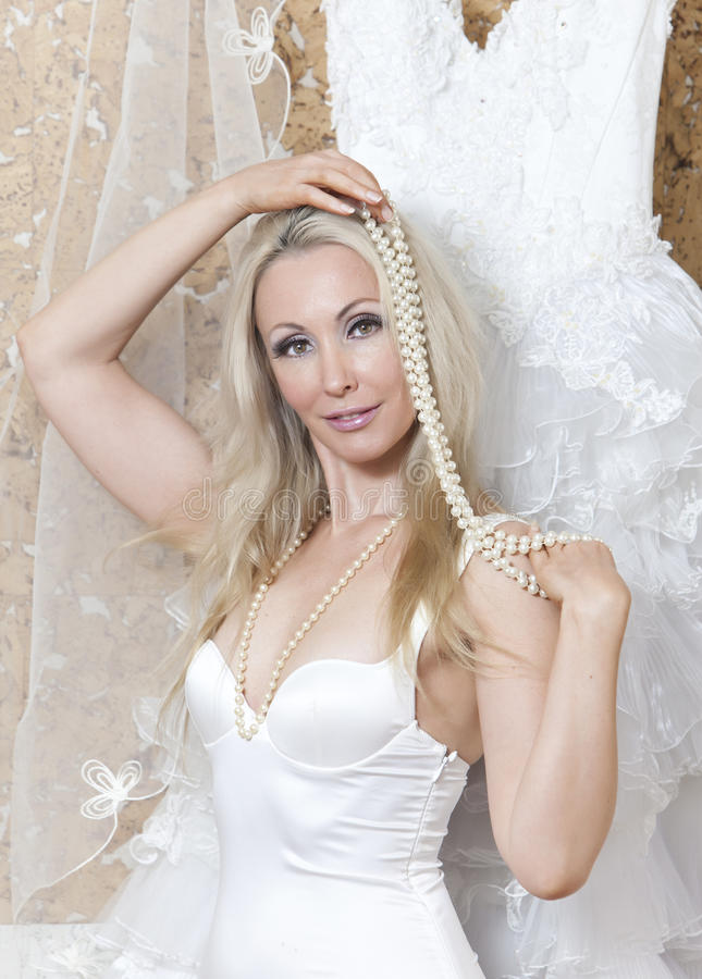 Härlig kvinna med en bröllopsklänning montering arkivbilder