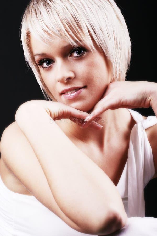 Härlig kvinna med en kort blond frisyr arkivfoton