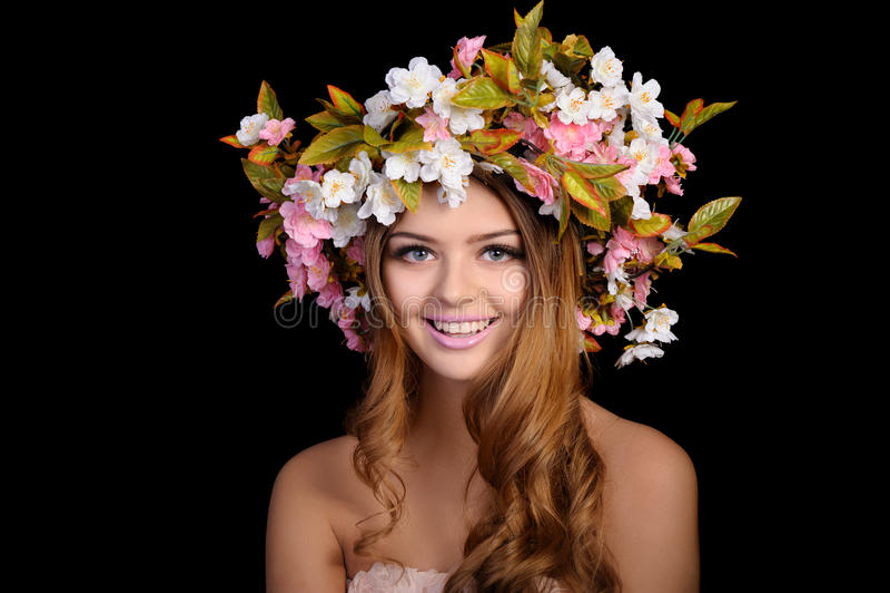 Härlig kvinna med en krans av blommor fotografering för bildbyråer