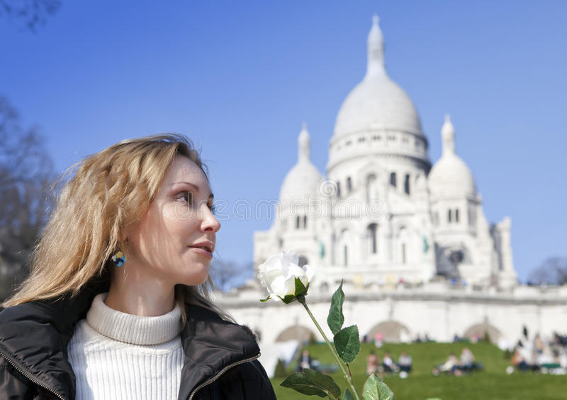 Härlig kvinna med en ros för basilika av Sacre-Coeur, Montmartre paris arkivbild