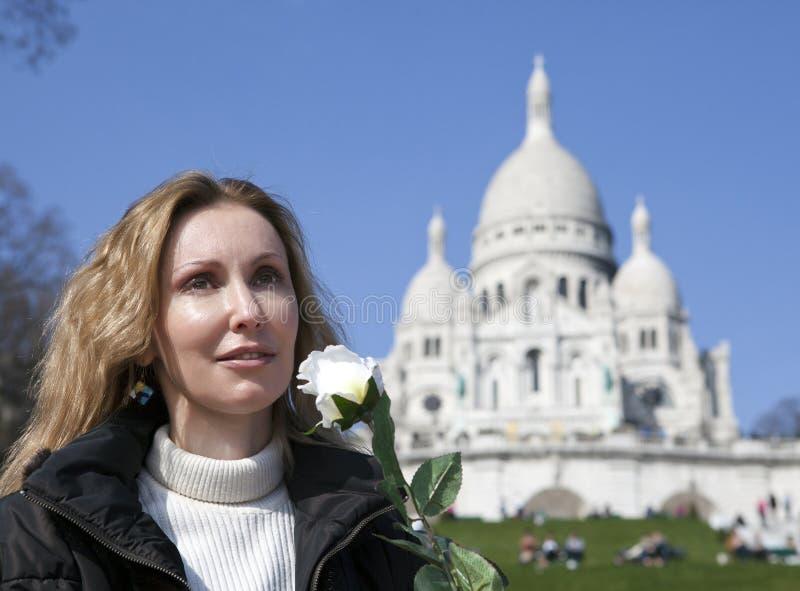 Härlig kvinna med en ros för basilika av Sacre-Coeur, Montmartre paris arkivbilder
