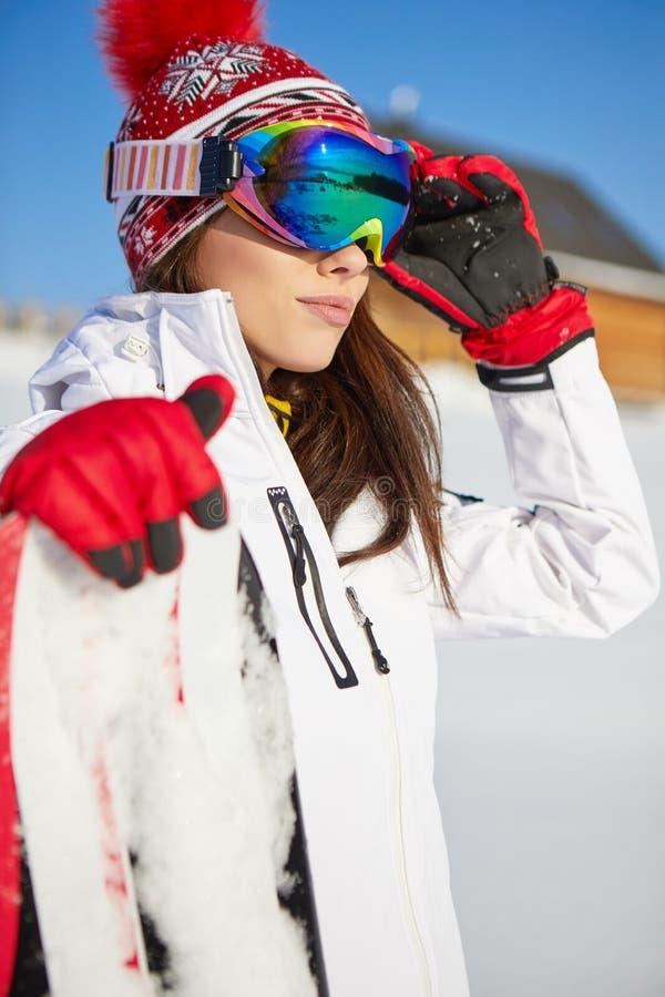 Härlig kvinna med en snowboard begrepp isolerad sportwhite fotografering för bildbyråer