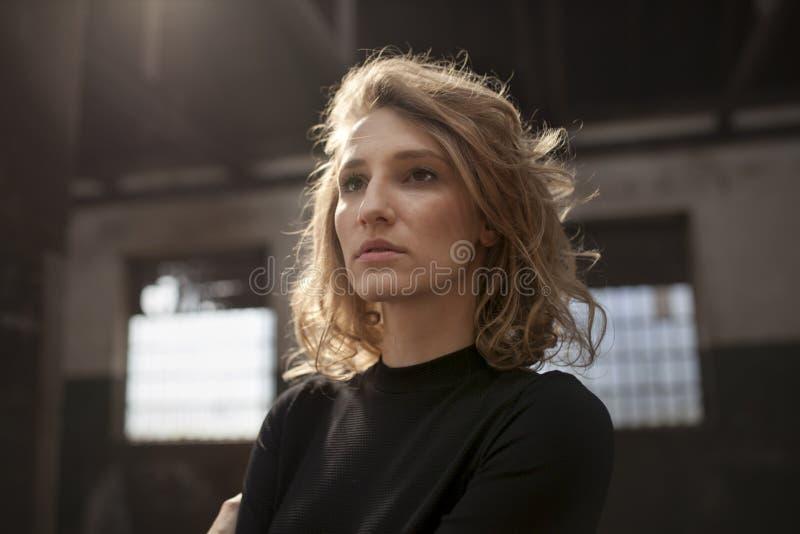 Härlig kvinna med ett allvarligt uttryck på hennes framsida arkivfoto