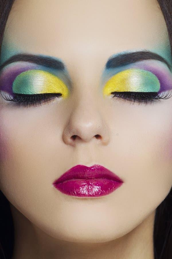 Härlig kvinna med färgglad makeup royaltyfria bilder