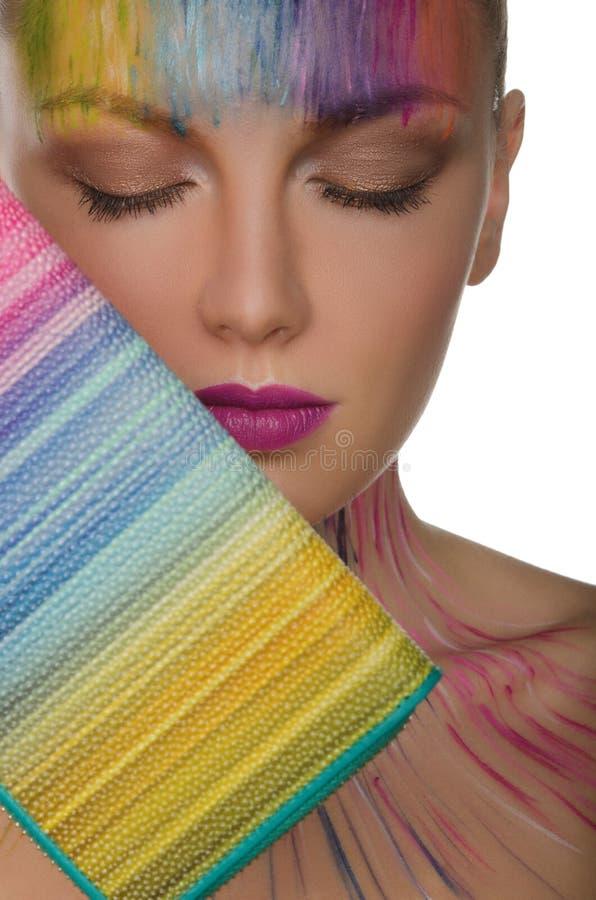 Härlig kvinna med färgrik handväska- och framsidakonst royaltyfri bild
