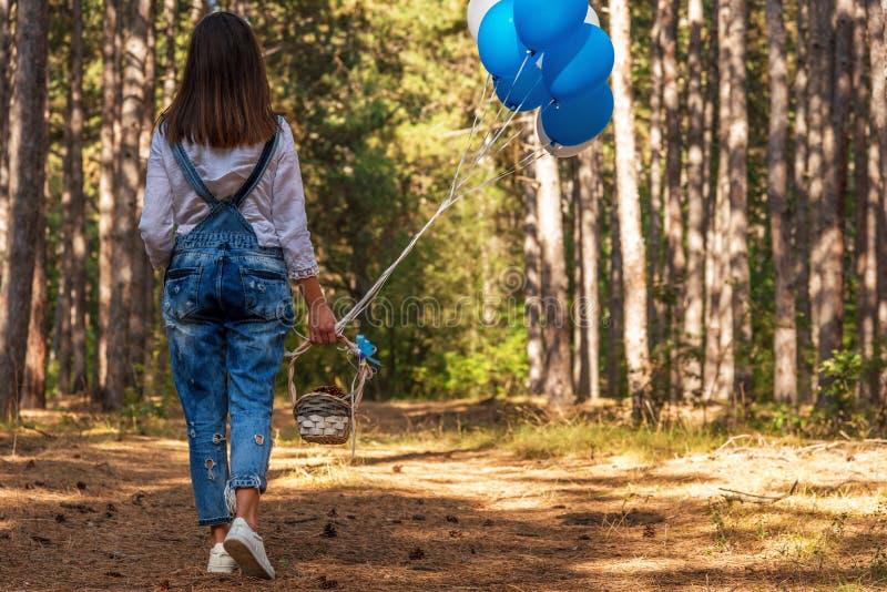 Härlig kvinna med färgrika ballonger utanför royaltyfria foton