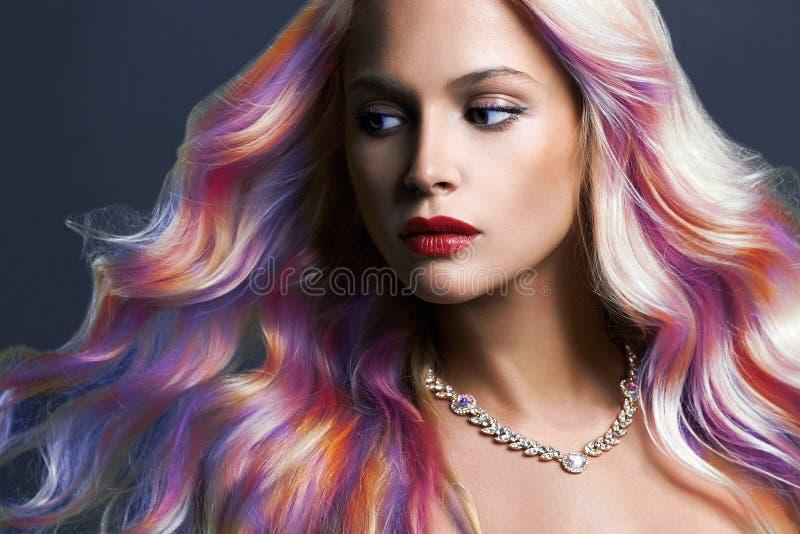Härlig kvinna med färgrikt hår och smycken arkivfoton