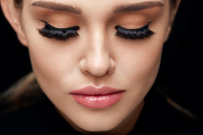 Härlig kvinna med framsidamakeup och långa svarta ögonfrans arkivbild