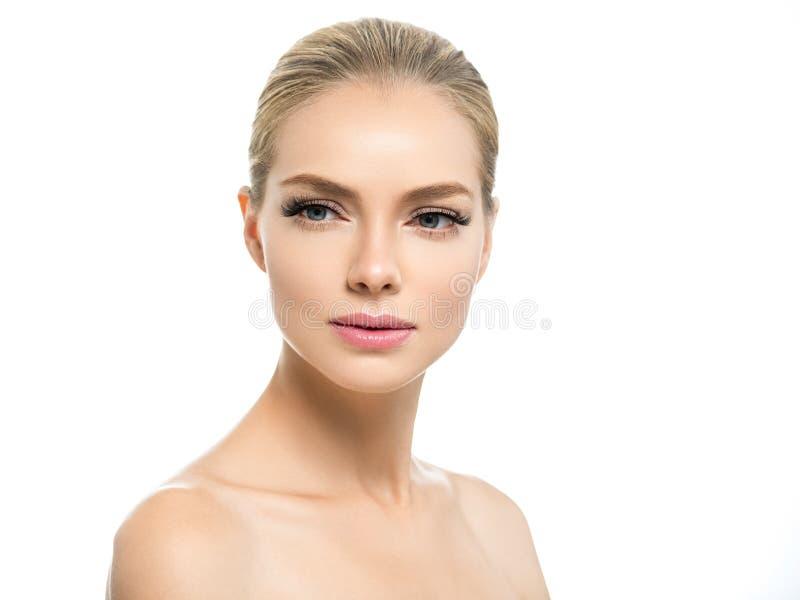 Härlig kvinna med framsidan för skönhet för blont hår för makeup för sund hud den naturliga med skönhetsnärtar och rosa kanter arkivbild